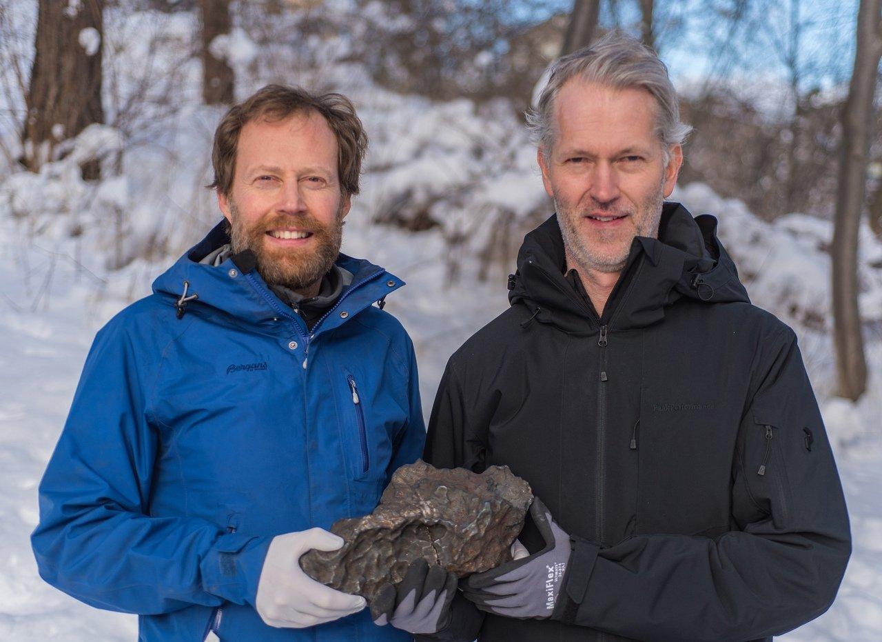 Андреас Фошберг и Андерс Сеттерквист презентуют метеорит.