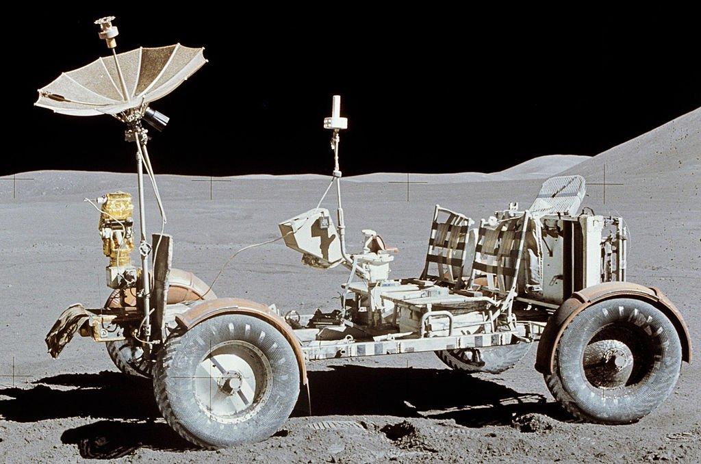 1024px-Apollo15LunarRover[1]